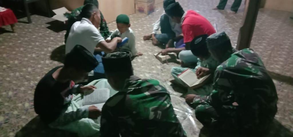 Adikk Asuh Dilokasi sasaran Renovasi Mesjid Diajari Mengaji oleh Satgas TMMD 106 Kabupaten Soppeng