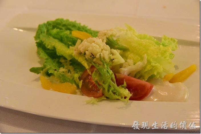 台南-轉角餐廳龍蝦餐廳。前菜沙拉,使用凱薩醬。牛蕃茄都幫忙去了皮,真是貼心,工作熊特別欣賞其花菜燙熟的剛剛好,不會太軟也不會太硬,正是工作熊喜歡的硬度,有些冷盤的花菜或花椰菜吃起來會澀澀的,這裡的花菜完全沒有那種感覺。
