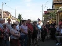 Dobos László családja és tisztelői az emléktábla avató ünnepségén Királyhelmecen.jpg