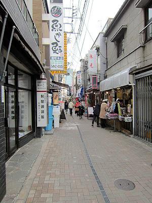 慶応中通り商店街の細い道