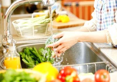 ล้างผักและกินผัก