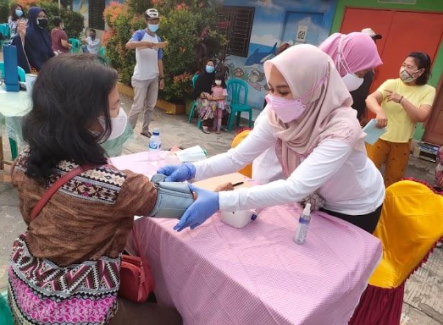 Lurah Arenjaya Terjun Langsung Bantu Tenaga Puskesmas Vaksinasi Warga