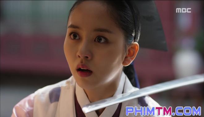Đố kị với Kim So Hyun, nữ phụ Quân Chủ tự tay xẻo thịt mình - Ảnh 11.