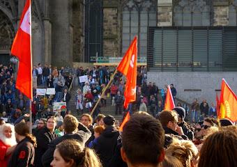 Demonstranten mit Fahnen auf der Domplatte.