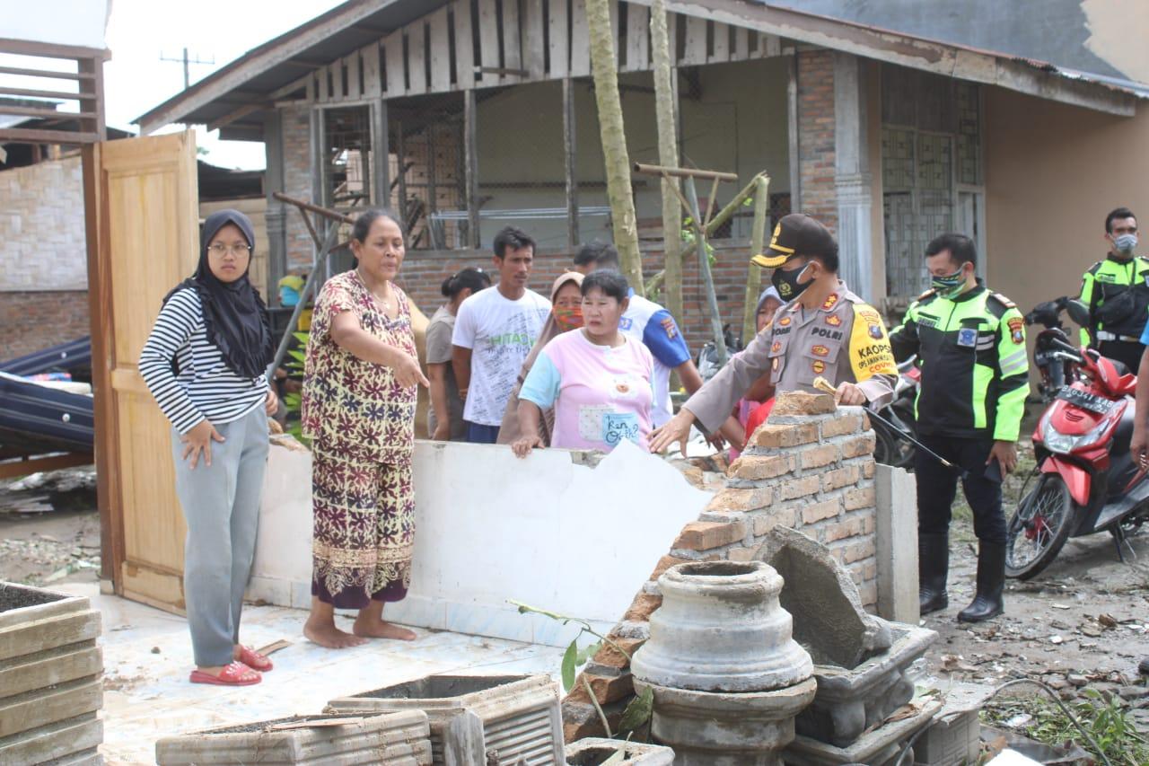 Kapolres Sergai Lakukan Baksos kepada Korban Bencana Puting Beliung