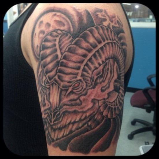 legal_de_olhos_vermelhos_ram_bceps_tatuagem