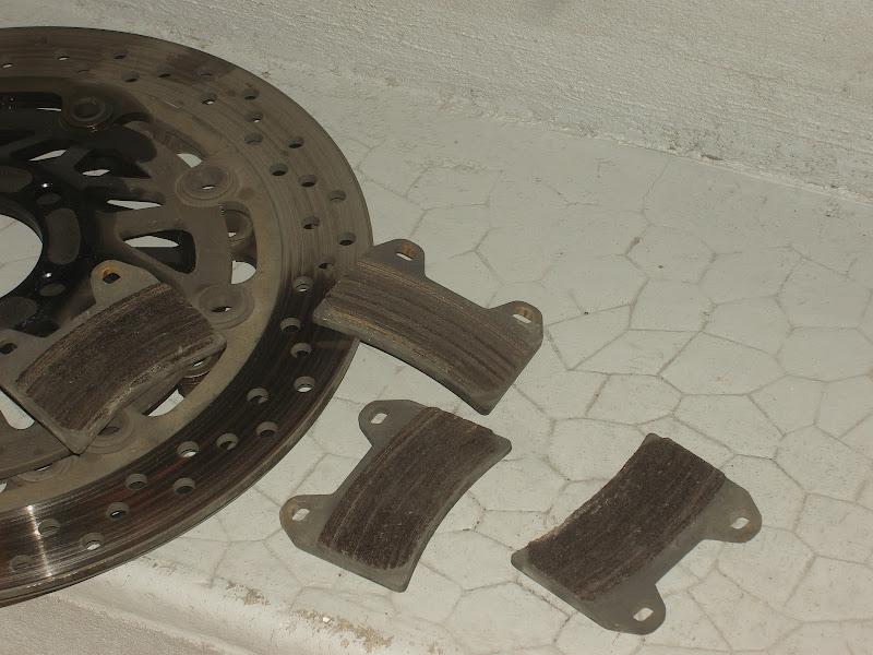 Changer les disques de frein de son Inazuma 1200 et 750 9-Changer-disques-freins-moto-inazuma-gsx750-gsx1200-GSX-1200-750-fourche-roue-garde-boue-durite-etrier-cliquet-plaquettes-disques-plaquettes-use%25CC%2581es-usure-rainures-griffures-garniture