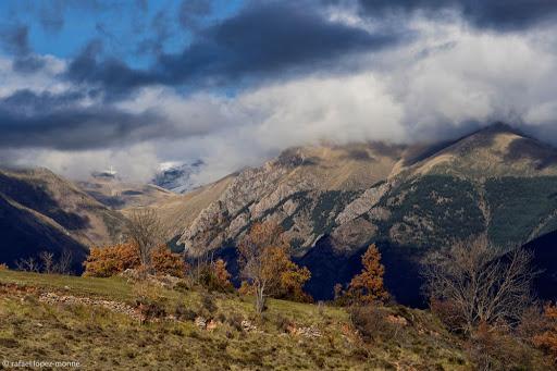 La vall de Manyanet (Sarroca de Bellera, Pallars Jussà). Vista des del coll de la Creu de Perves. El Pont de Suert, Alta Ribagorça, Lleida