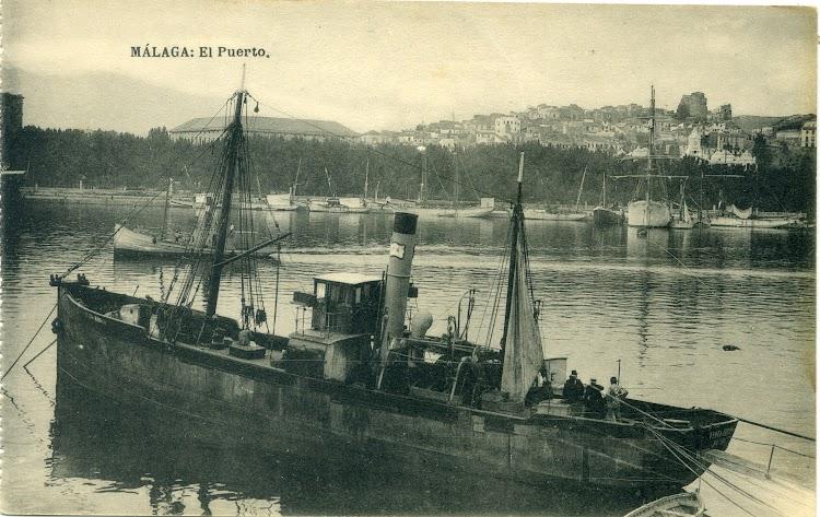 Vapor pesquero PUNTA EUROPA en el puerto de Malaga. Ca. 1920. Postal.jpg