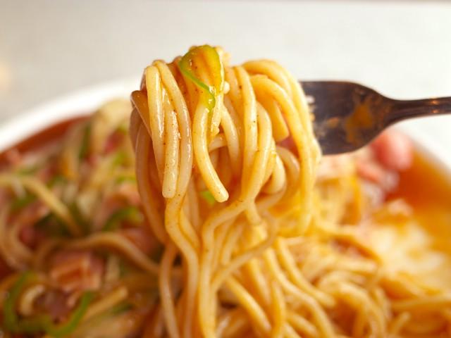 フォークで巻いて、あんを絡めたスパゲッティの麺