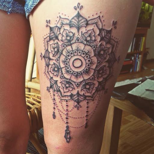 Mandala tatuagens na coxa para meninas
