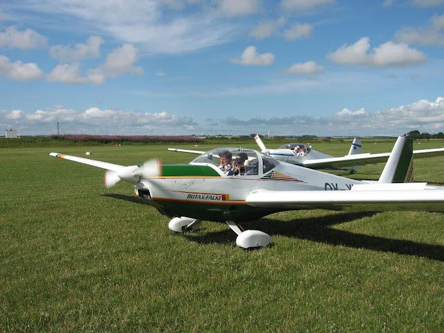 Rotax Falke, motorsvævefly til skoling, hygge og rejseflyvning. Bruges til Fast Track uddannelse og kan desuden slæbe almindelige svævefly op.