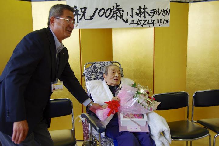 写真:佐野豊 町長からプリザーブドフラワーの贈呈
