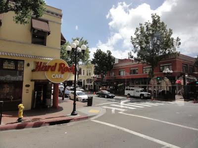 Et gatehjørne med Hard Rock Cafe.