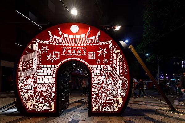 台北燈節,重回提燈光陰是傳統紙雕藝術+古早提燈燈籠+台北東區+台北西區的意象綜合體,非常漂亮、與作品合影最棒的一個點。
