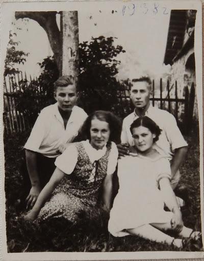 Волковы около своего дома.31.8.1938(из личного архива Зарековкиной З.Р.)