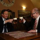 S britským premiérem Davidem Cameronem při jednání i na pivu