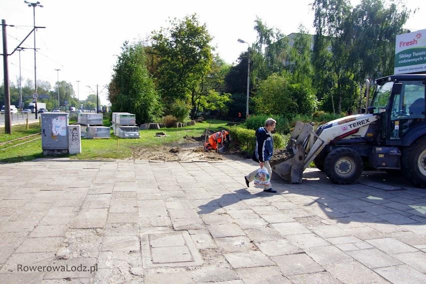 Skrzyżowanie z ul. Traktorową. Tu zaczyna się już układanie krawężników.