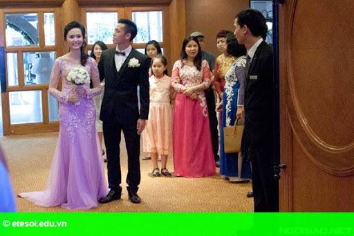 Hình 3:   Cô dâu của Văn Quyết rạng rỡ trong lễ cưới