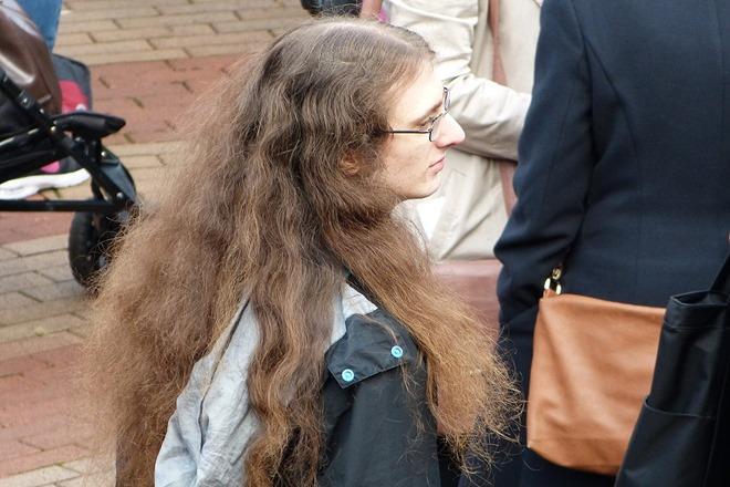 Китайский Новый Год. Молодой человек с длинными волосами.