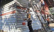 Polisi Dekorasi Rumah Warga Dengan Merah Putih