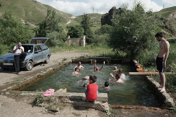 Pool mit warmem, mineralischen Wasser im Dorf Vorotan