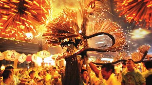 Tết Trung Thu Hong Kong với nghi thức múa rồng lửa làm từ cây hương (nhang)