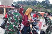 Jelang Buka, Babinsa Koramil 14/Klego Cegat Warga Bagi Takjil Dan Masker