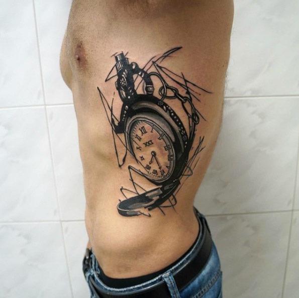 contempornea_relgio_de_bolso_do_lado_do_corpo_da_tatuagem