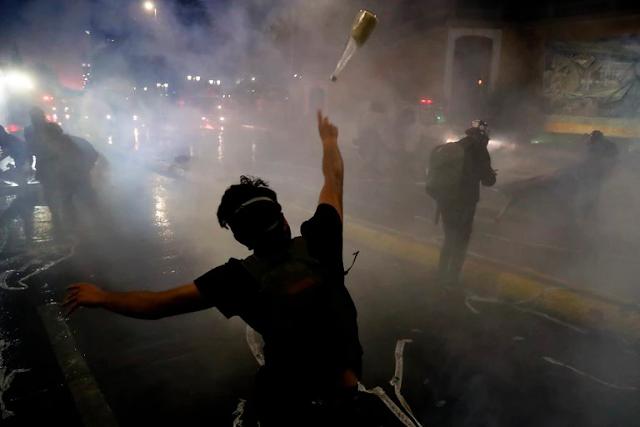 La marcha por el aniversario de las protestas en Chile dejó dos muertos y 450 detenidos