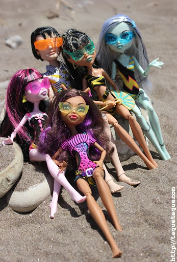 mis Monster High Gloom Beach en la playa (Albayt Beach, Marina de Casares, Estepona - Málaga, 19 de julio de 2011)