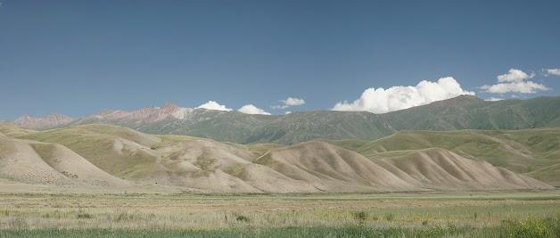 Die Erosion gibt den welligen, grünen Hügeln die tollsten Formen