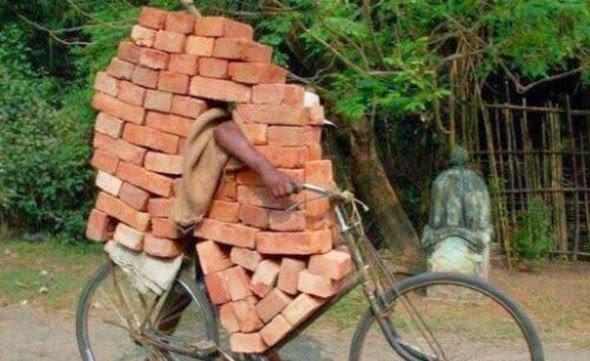 Bicicleta transportando ladrillos