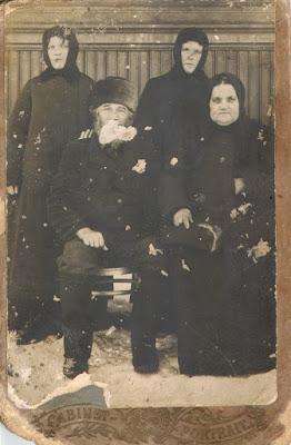 Андрей Ферапонтов и Ирина Иванова (сидят)сзади стоят их родственницы - две монашки из Пюхтицкого монастыря, Таня и Маня.(из архива Фаронова А.П)