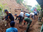 Babinsa Ngargosari Bersama Warga Bersihkan Longosran Tanah Yang Menutup Jalan Kampung
