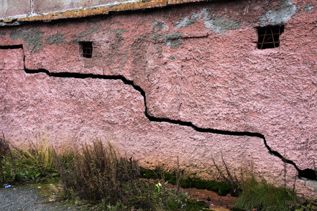A large crack in a building in the Siberian city of Dudinka, September 2015. According to a Roshydromet report, 55 percent of buildings and structures are damaged due to permafrost degradation. Photo: Olga Dobrovidova / Climate Change News