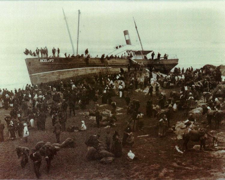 1920. El vapor ANCIOLA Nº2, encallado en la ria de Navia, cuyo cargamento de trigo fue alijado por el vecindario. Del libro de referencia.JPG