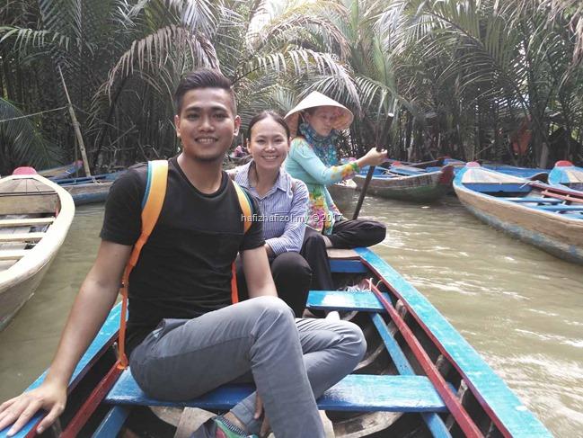 menaikin sampan di sungai mekong