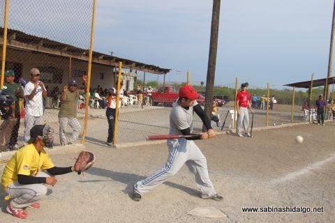 Jesús Garza de Ponchados en el softbol del Club Sertoma