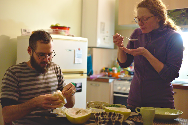 Erik si Irina, in actiune in pregatirea unui curry thailandez.