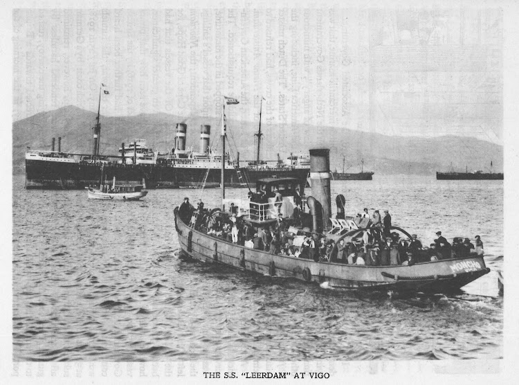El LEERDAM en Vigo. Fecha indeterminada. El tender MONCHO, de Joaquin Davila, lleva pasaje al buque. Foto del libro Holland Amerika Lijn. 1873-1923.jpg