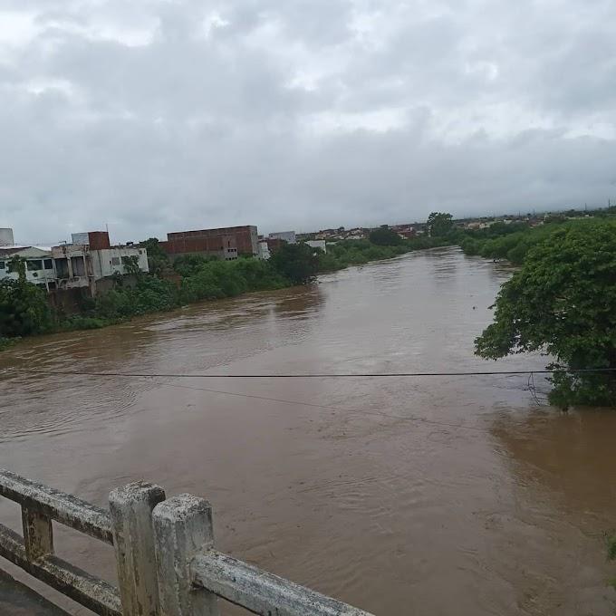 Chuvas causam alagamentos e alguns estragados em Afogados; confira imagens!
