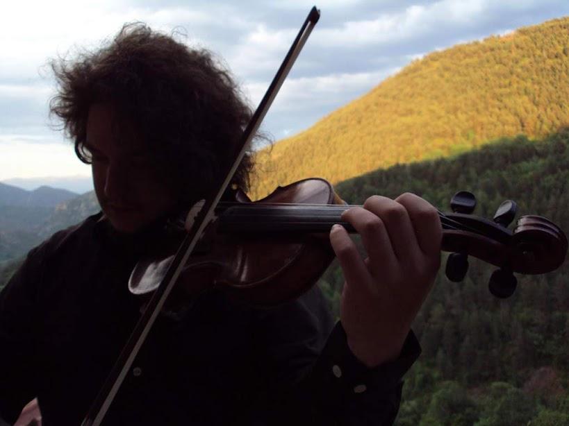 retrat amb violí, de fons muntanyes