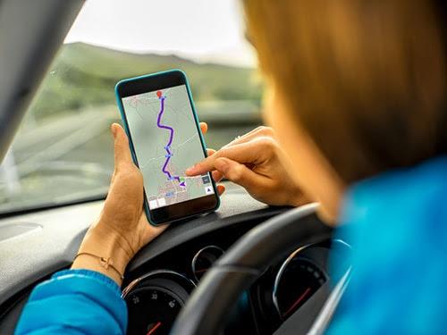 Mujer consultando mapa coche