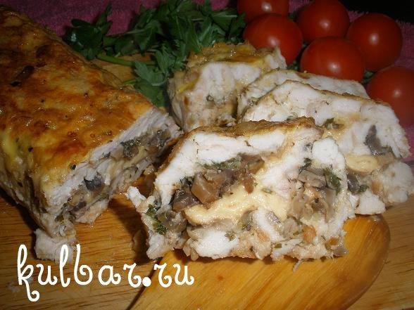 Мясной рулет с грибами и сыром в разрезе