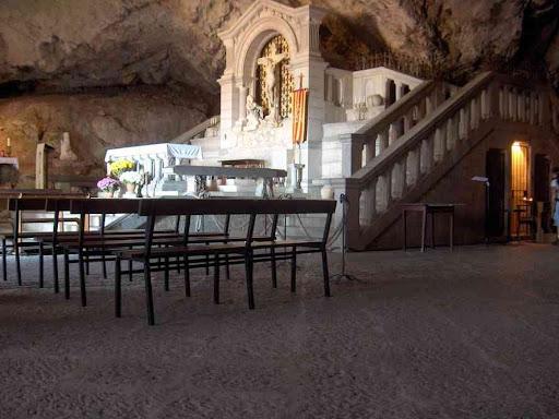 L'intérieur de la grotte de Marie-Madeleine