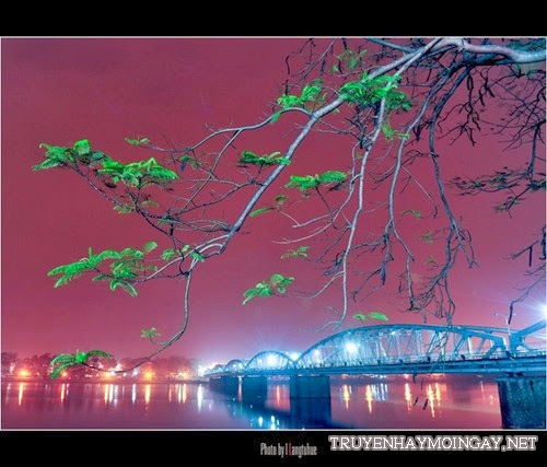 Vẻ đẹp lung linh sắc màu của đêm xứ Huế