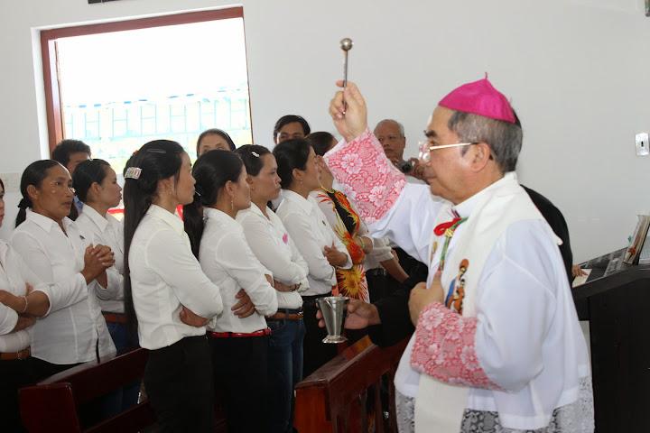 Hình ảnh nghi thức làm phép nhà giáo lý thuộc Giáo xứ Cù Hin - Giáo hạt Cam Lâm