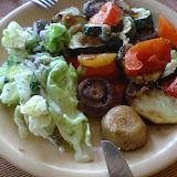 Pieczarki smażone z pieczonymi warzywami z sałatą lodową