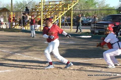 Rogelio Cárdenas de Maypa Trucking en el softbol sabatino